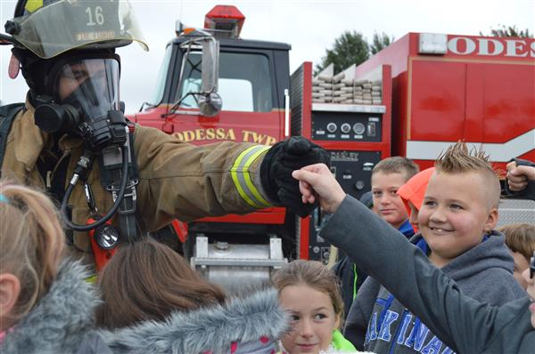 Lake Odessa Firefighter and Lakewood Elementary Students